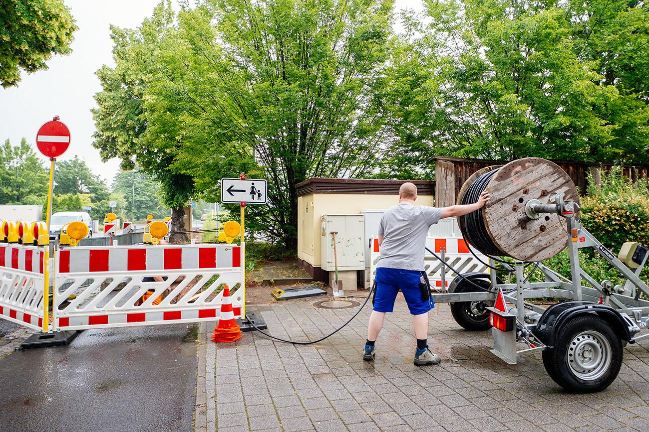 Mitarbeiter der Elektrotechnik Coswig auf der Baustelle mit Kabelrolle