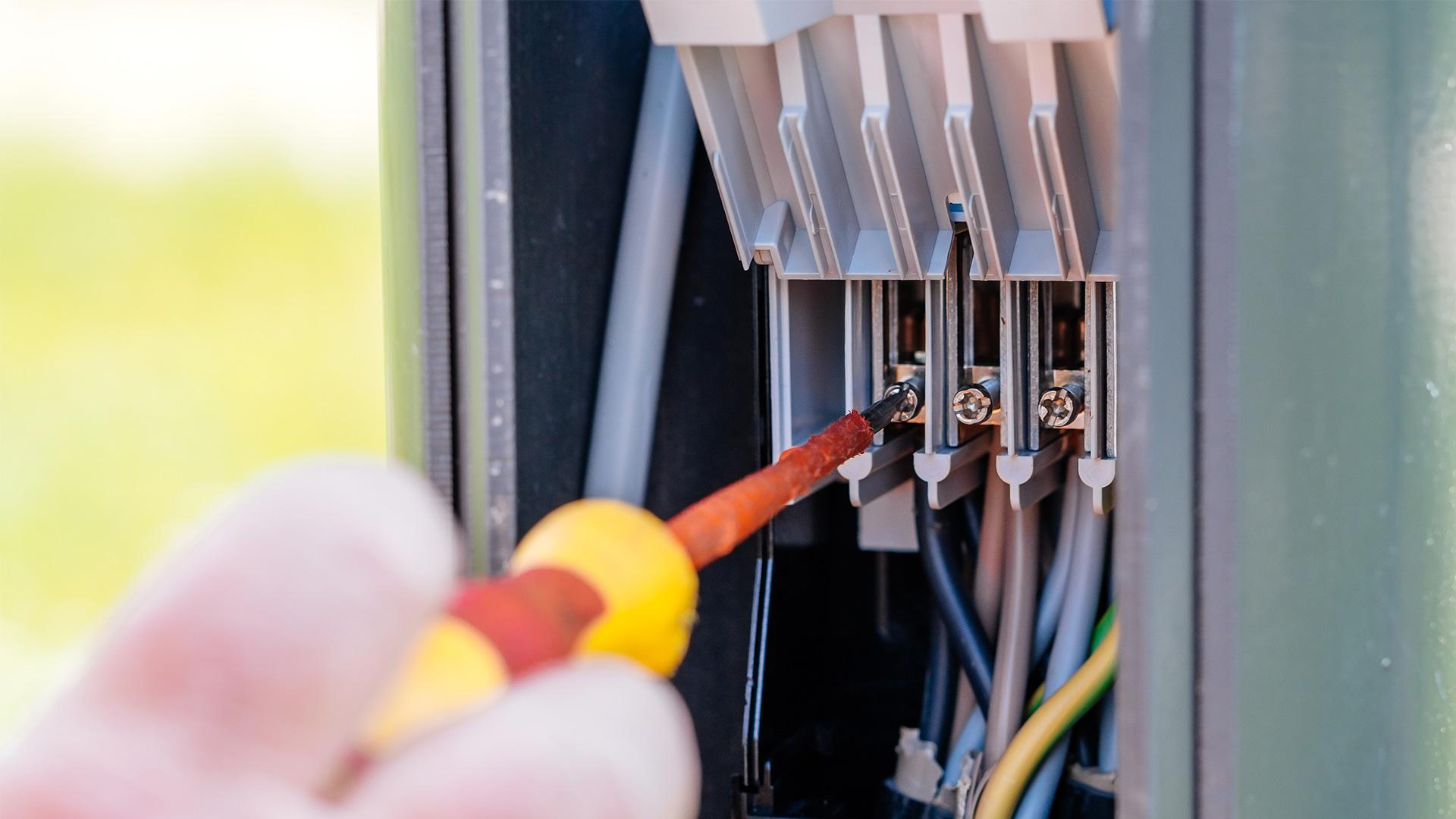 Elektrotechniker mit Schraubendreher, Elektroinstallation