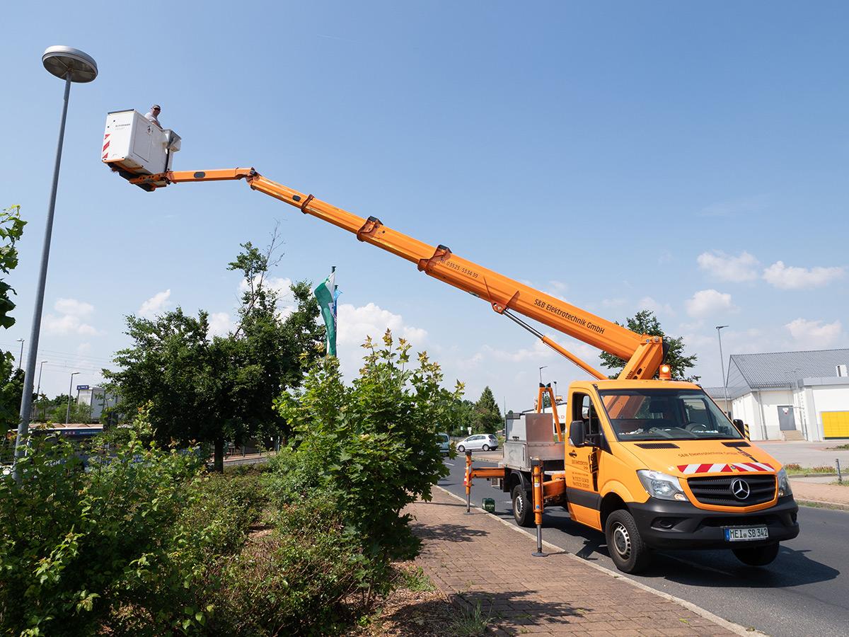 Reparatur Strassenbeleuchtung mit Kran